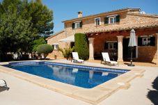 Landhaus mit Pool in Lloseta
